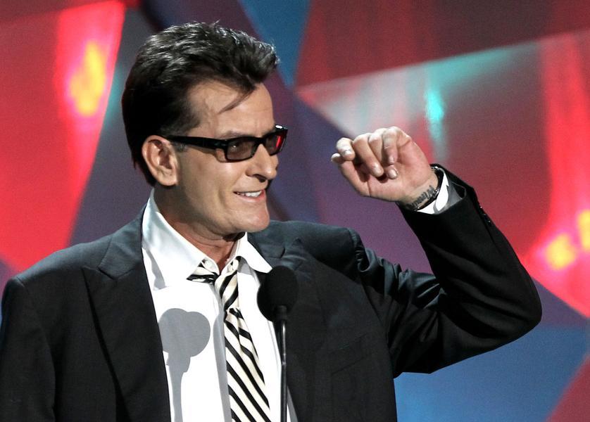 12. Charlie Sheen (48 let)<br> 10 milionů dolarů<br> <br> Je to už pár let, co Sheen přistál na vrcholu žebříčku Forbesu, ale díky seriálu Anger management a licenčním poplatkům za Dva a půl chlapa, se Sheen stále drží. A očekává se, že příští rok jeho zisky opět raketově vyletí..