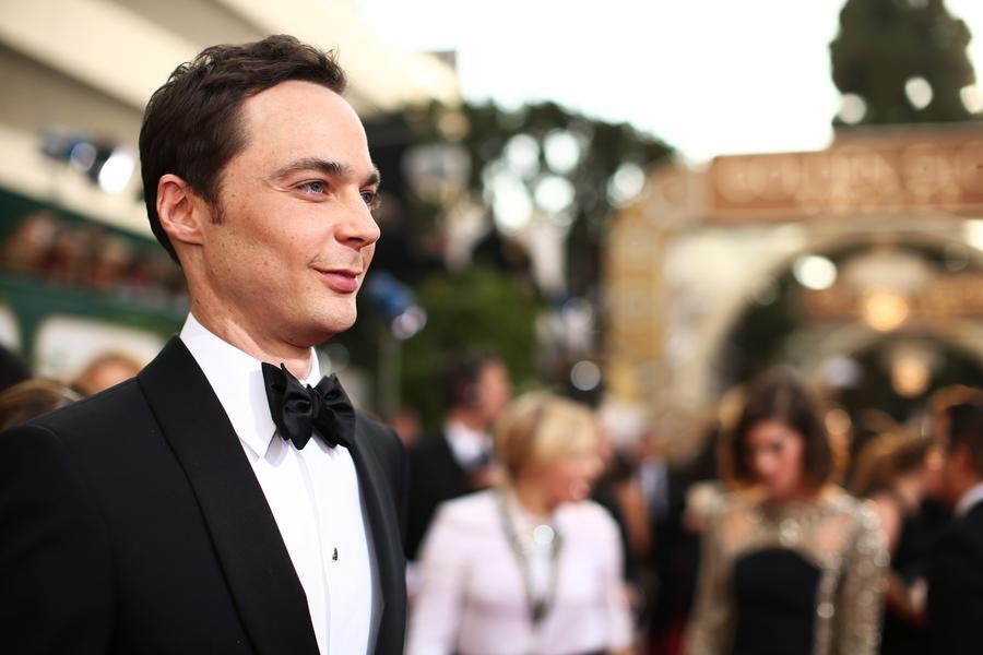 9. Jim Parsons (41 let)<br> 12 milionů dolarů<br><br>  Sheldon Cooper, nejvýraznější postava seriálu The Big Bang Theory, si vydělává více než 350.000 dolarů za epizodu. Parsons také daboval hlavní postavy, mimozemšťana Oh a dívku Tip, v animovaném filmu Konečně doma (Home), jehož premiéra má být v březnu 2015. A protože začal jednat o prodloužení smlouvy na TBBT o další tři roky a říká se, že se sazba zvýší na milion dolarů za epizodu, Parsons půjde v žebříčku jen nahoru. Bazinga!