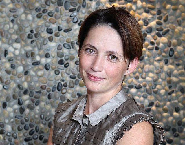 4. Kateřina Jirásková (40)<br>  FINANČNÍ ŘEDITELKA A PŘEDSEDKYNĚ PŘEDSTAVENSTVA, PPF<br><br>  Některé finanční ředitelky jsou ve firmách vrchní účetní. To ale neplatí pro nejvyšší finanční ředitelku v Česku, která skoro dva roky sedí v pátém patře PPF Gate v Praze poblíž Petra Kellnera. Kateřina Jirásková je jako předsedkyně představenstva členkou vrcholného vedení PPF a podílí se na strategickém rozhodování celé skupiny, která má aktiva ve výši 21 miliard eur, čistý zisk za loňský rok 450 milionů a výnosy 6,3 miliardy eur. Za poslední rok se například podílela na projektu financování koupě podílu v O2, při kterém šlo o úvěr ve výši 2,288 miliardy eur.