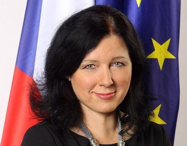 2. Věra Jourová (50) <br>  KOMISAŘKA EVROPSKÉ UNIE <br><br>  Historicky první Češka v Evropské komisi, která jako jediná instituce navrhuje parlamentu a radě evropskou legislativu. Dosud byla místopředsedkyní hnutí ANO a ministryní pro regionální rozvoj. V komisi má na starosti spravedlnost, spotřebitele a rovnost žen a mužů. Rozhoduje o tématech, jako jsou evropský zatykač, ochrana dat nebo kvóty. Přímo ovlivňuje život všech lidí v Evropské unii.