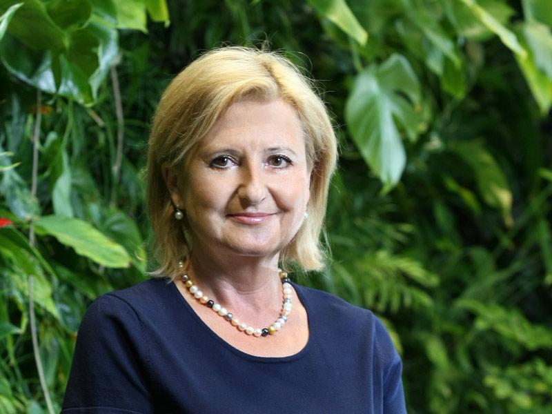 25. Hana Machačová<br> náměstkyně generálního ředitele, Kooperativa <br><br> Ve druhé největší pojišťovně v Česku se zhruba pětinovým podílem na trhu má na starosti oblast obchodu. Jako místopředsedkyně představenstva se podílí také na celkové strategii a produktech. Pojišťovna má přes dva miliony klientů, loni vydělala 3,45 miliardy korun čistého při předepsaném pojistném ve výši 31,3 miliardy korun.