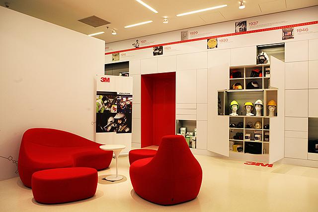 3M - Co se týče zasedacích místností, máme hned několik možností. Pro standardní meeting jsou k dispozici zasedací místnosti v kancelářích, kde se také nachází i pohodlné relax zóny. V případě workshopů se zákazníky nebo například snídaní Brain&Breakfast využijeme prostory inovačního centra, které je nejen velmi variabilní, ale také navíc nabité informacemi o 3M.