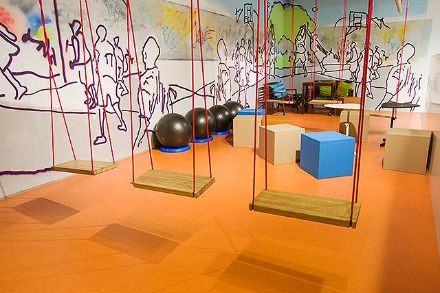 AirBank - Brněnské kanceláře vycházejí z konceptu města. Open space jako parky, kanceláře jako domy, náměstí, kavárny, hřiště, tržnice jako místa setkávání nebo odpočinku. Zasedačky jsou inspirovány skutečnými obchody či službami (lahůdky, holičství, pošta, řeznictví,...), které jsou pro banku něčím inspirativní/zajímavé. Na stěnách jsou malby inspirované graffiti, na dalších stěnách či sloupech na náměstí si zaměstnanci vylepují plakáty s aktuálním kulturním programem a dalšími informacemi, které by mohly kolegy zajímat.