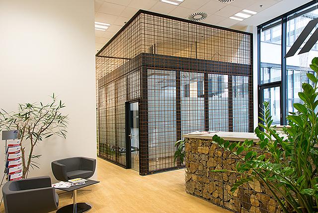 Cemex - Zadání bylo jasné: vytvořit originální kancelářské prostory, které budou na první pohled budou vypovídat o činnosti, filosofii a postojích společnosti, a budou zároveň funkční a příjemné. V interiéru jsou použity materiály, se kterými je firma svojí činností spjata. Zasedací místnosti jsou prosklené a opláštěné tzv. kari sítěmi (armovacími sítěmi), které slouží k vyztužení betonových konstrukcí. Kanceláře mají dekorované stěny cementovými stěrkami, které imitují pohledový beton. Zajímavě je také řešena recepce, která je navržena z tzv. gabionů (drátěných košů) s vyskládanými kameny z  lomu společnosti.