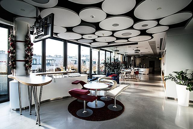Google - Kanceláře Googlu se vyznačují svou barevností a hravostí. Pracovní prostředí má především navozovat příjemnou atmosféru, která podporuje kreativitu a vzájemnou komunikaci zaměstnanců. V českých kancelářích Googlu je ve srovnání s těmi ostatními mnohem více skla, přirozeného světla a možností výhledu včetně velké terasy. Unikátní je i vtipně laděný nábytek Living Tower od společnosti Vitra a také fakt, že kancelář byla designována s cílem získat speciální certifikát LEED. Nábytek bez ekologické zátěže je další způsob, jak pomoci chránit životní prostředí stejně tak jako zdraví zaměstnanců.