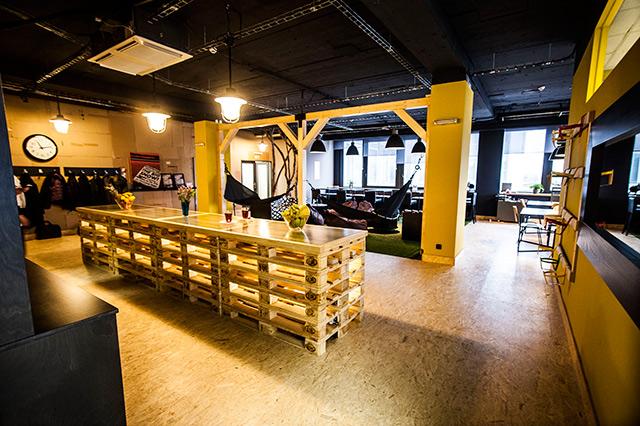 In-spiro - Coworkingové komunitní centrum IN-SPIRO bylo vybudováno s myšlenkou předávání inspirace mezi návštěvníky. Věří, že sdílení je inspirace. Centrum jde svým prostorem a vybavením blíže k potřebě vytváření inspirace pro rozvoj a posun jakéhokoliv podniku. V centru se vytváří atmosféra, která návštěvníka neudrží v zajetých kolejích a donutí ho myslet jinak, kreativněji, a tak, jak by sám nikdy nepředpokládal. Interiér byl vytvořen ze vzdušných přírodních a těžkých industriálních prvků zaměřených na ukázání potřeby recyklace. Díky této výbavě centrum poskytuje nádherně stylizované prostory převážně lidem, kteří oceňují možnost práce v prostoru, který jim připomíná přírodu, otevřenost, lehkost a s ní i příval inspirace.