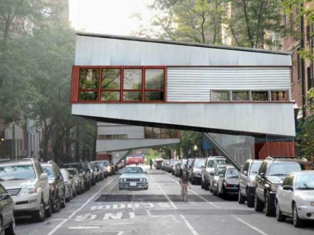Urban Tree House - Návrh Jasona Lubutkaha z Jason David Designs v New Yorku reaguje na přeplněnost mnoha světových měst. Jeho domy připomínají traverzy a využívají prostor nad ulicí.
