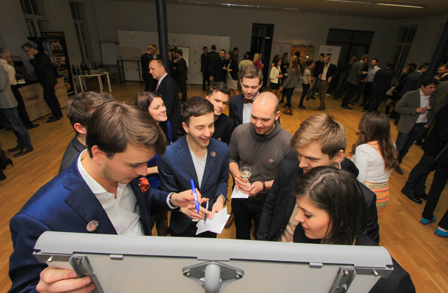 Architekt Ondřej Chybík, návrhář Vladimír Staněk a operní režisér Tomáš Pilař (zleva) při plnění úkolu