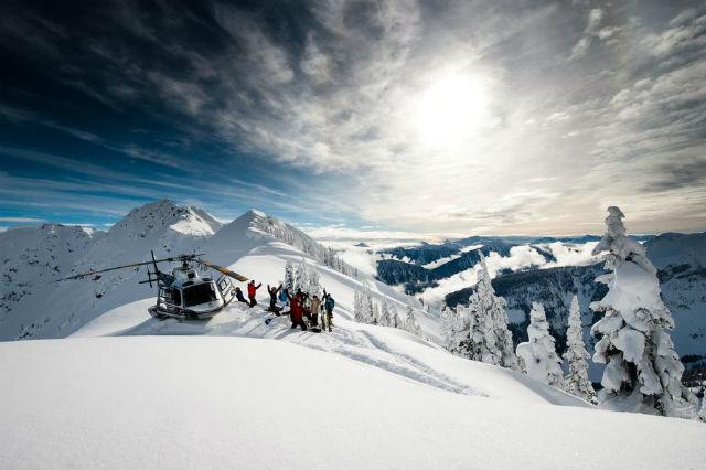 """Bighorn Lodge, Revelstoke, Britská Kolumbie. Bighorn, to je luxusní chalupa pro skupinu až 16 lidí svlastním heliportem, soukromým kuchařem, který vám připraví večeře o pěti chodech, snejlepším vínem a vnitřním bazénem. Tenhle luxus dokonale kombinuje pozitiva lyžařských resortů i chatky vmístech, kde lišky dávají dobrou noc. Přední lyžařský publicista Everett Potter tohle místo nazval """"Panstvím Downton na sněhu""""."""