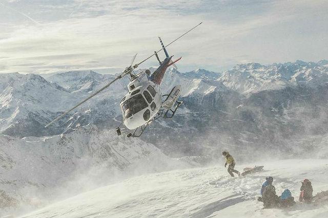 Chalet Pelerin, francouzsko-italská hranice. Chalet Pelerin ve francouzských Alpách je jako ušité pro opravdové lyžování. Najdete tutři lyžařské resorty svlastní helikoptérou, která s vámi zaletí do sousední Itálie –ve Francii je totiž heliskiing zakázaný –, a vy si můžete užít jeden znejlepších evropských sjezdů.