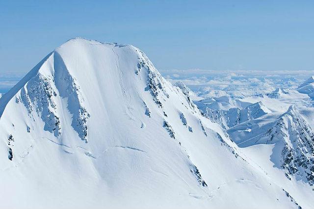 Chugach Powder Guides, Aljaška. Chugach má na Aljašce bezpochyby nejlepší zázemí a nejrozměrnější oblast, kde se dá lyžovat. 3000 kilometrů čtverečních heli terénu a velmi vysoké roční sněhové srážky, prašan, kam se podíváte.