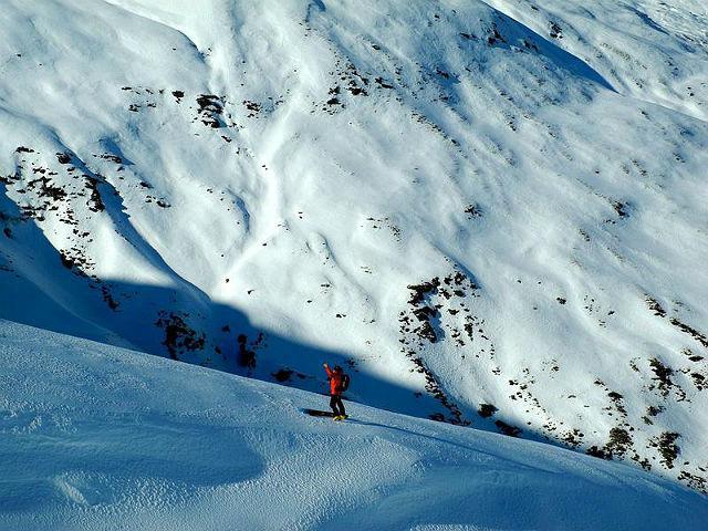 Southern Lakes Heliski, NovýZéland. Oproti většině prudkých vrcholků Severní Ameriky poskytuje Nový Zéland luxusní heliskiing i pro méně zkušené lyžaře. Southern Lakes se nachází vblízkosti Queenstownu a několika hlavních lyžařských středisek jižního ostrova (Treble Cone, Coronet Peak, Cardrona a The Remarkables).