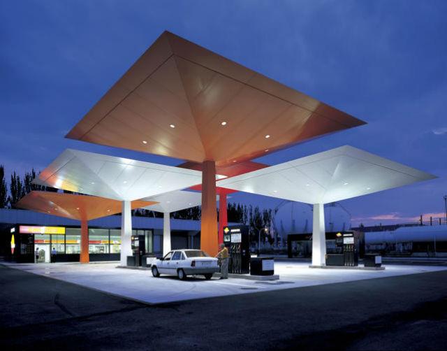 Od roku 1997 můžete na tyto benzinky narazit ve Španělsku. Pro síť Repsol je navrhl  Norman Foster.