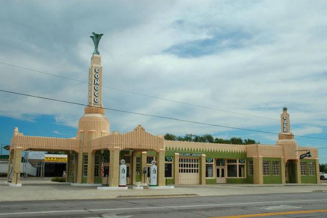 Tower Conoco Station a U-Drop Inn Cafe v Shamrocku v Texasu. Dnes návštěvnické centrum, jinak ale jedna z prvních benzinek, kterou v roce 1936 postavili podél slavné Route 66.