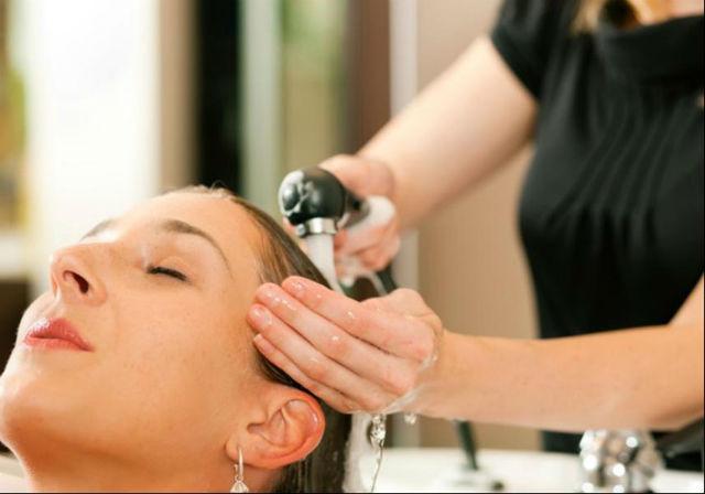 Seznamte se suchým šamponem - tahle rada je hlavně pro ženy, ale uznejte, kolik času díky tomuto vynálezu ušetříte?
