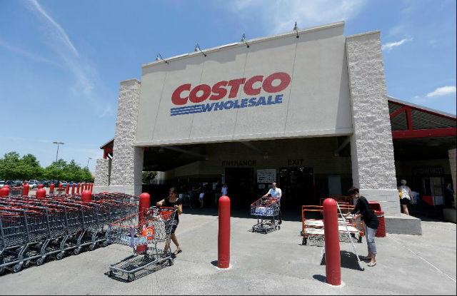 Costco (2. místo v žebříčku) Obchody jsou oproti konkurenčním řetězcům, jako je Walmart, zavřené na Den Díkuvzdání. Nástupní mzda je nejčastěji 11,5 dolarů.