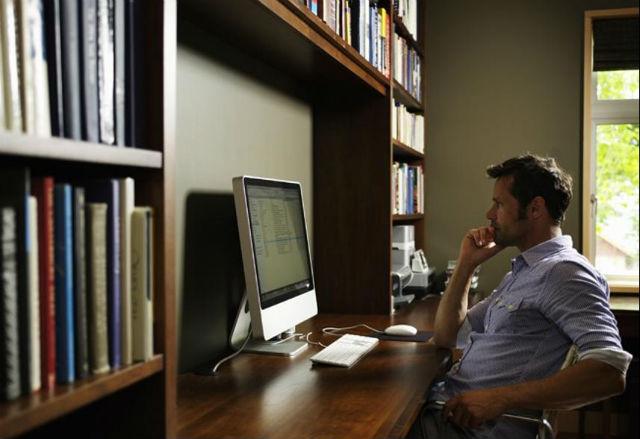 I když pracujete doma, chovejte se stejně - ano, zůstat v pyžamu a pracovat z postele je lákavá představa, ale nedělejte to. Vstaňte a dělejte, jako byste museli jít do kanceláře.