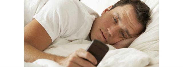 """Vyhoďte svůj telefon z postele. A ideálně i z ložnice - jde to, i když na něm máte budík. Dejte ho jednoduše někam, odkud ho ráno uslyšíte. Zbavíte se tím jednak nutkání telefon během noci kontrolovat a reagovat na cokoli, co se na něm objeví a zároveň se ráno donutíte vstát, protože telefon nebudete mít po ruce. A jakmile se jednou z postele zvednete, snáze také odoláte pokušení zmáčknout tlačítko """"dospat""""."""