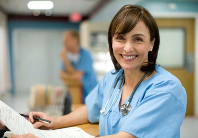 1. Chirurg, průměrný roční plat: 352 220 dolarů (asi 8 805 500 korun). Předpokládaný nárůst pracovních příležitostí: 18 %