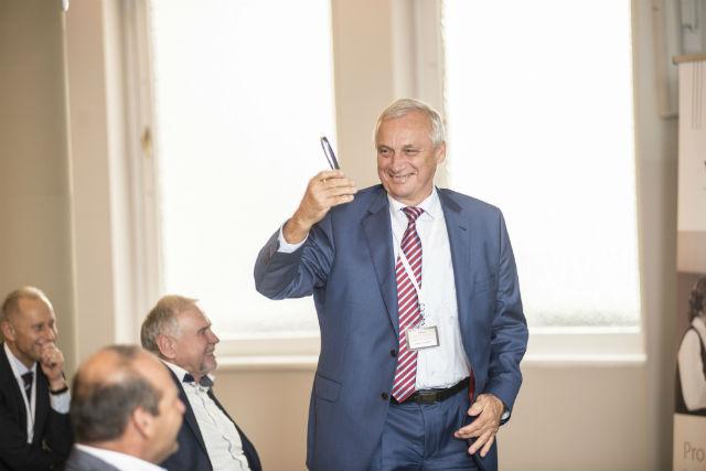 Lubomír Stoklásek ukazuje, čím stále nejraději telefonuje – Nokii 6210, která vydrží nabitá několik dní.