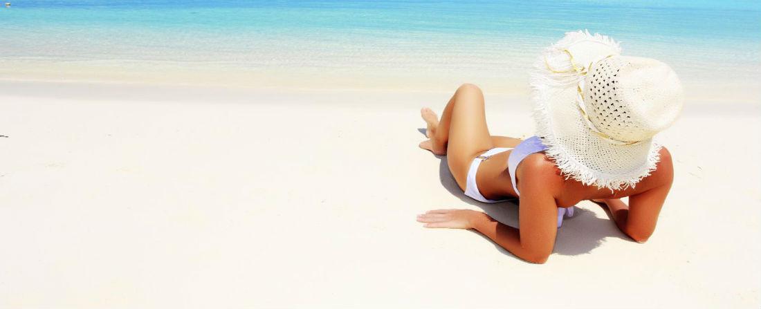 divka na plazi 2