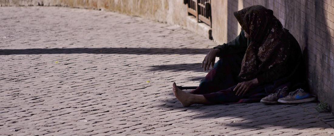 zena sedi ulice chudoba