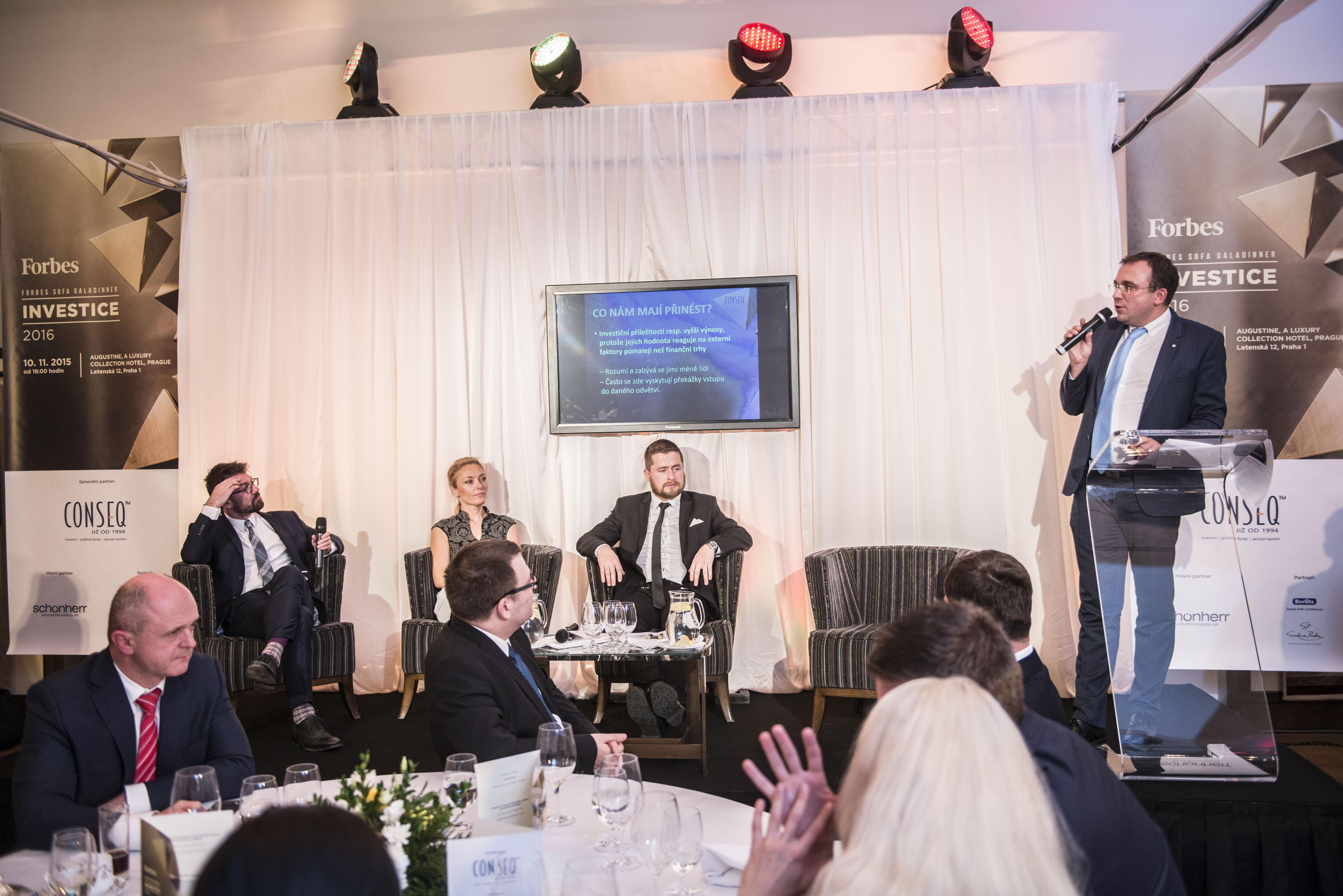 O investicích tradičních i alternativních hovořili (zleva) Petr Šimůnek (šéfredaktor Forbesu), Petra Sobotková (J&T Banka), Aleš Michl a Lukáš Vácha (Conseq).