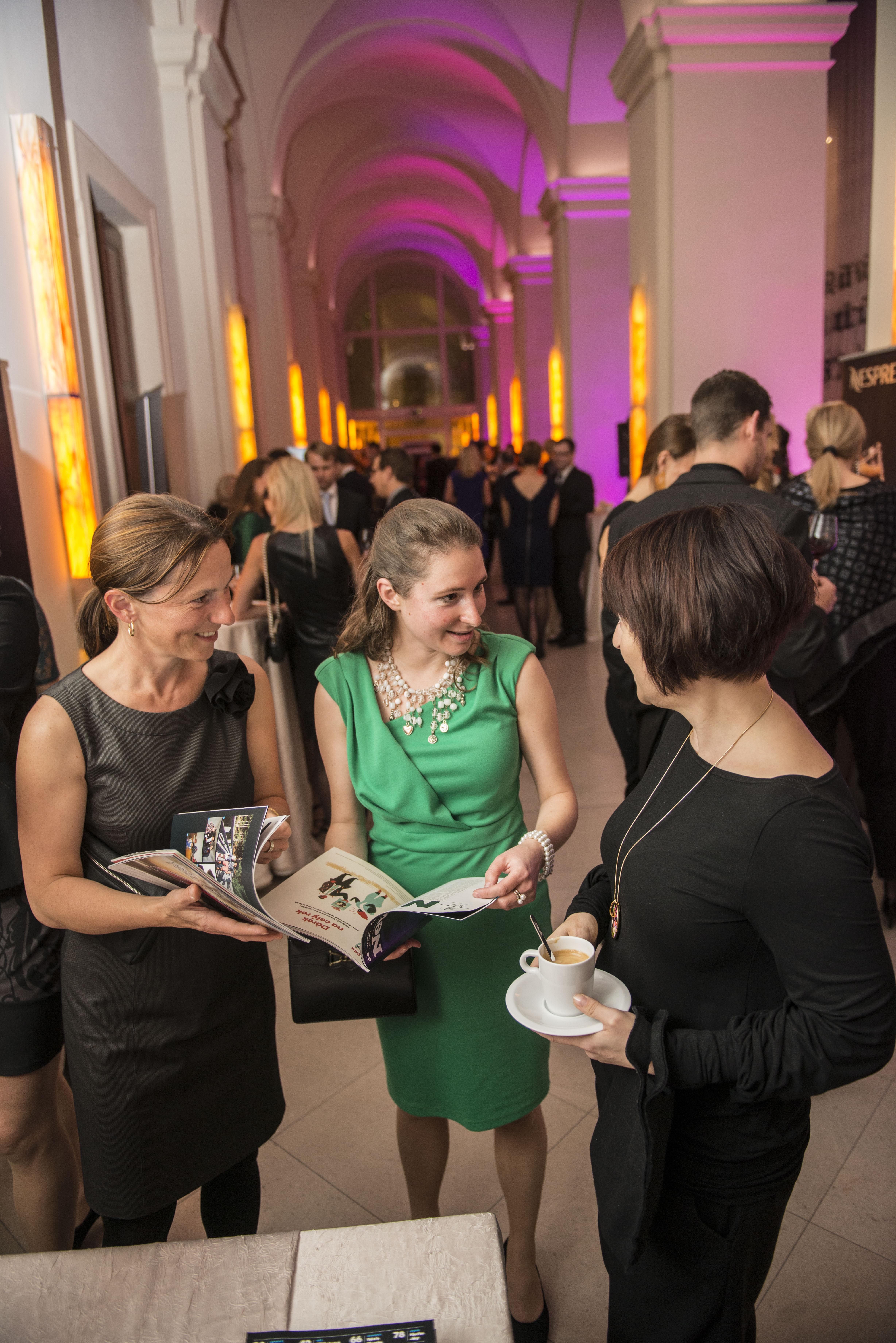 Jitka Špetová, jednatelka Deutsche Schule Prag, partnera večera sPetrou Macháčkovou a Milenou Houžvičkovou (Newsweek)