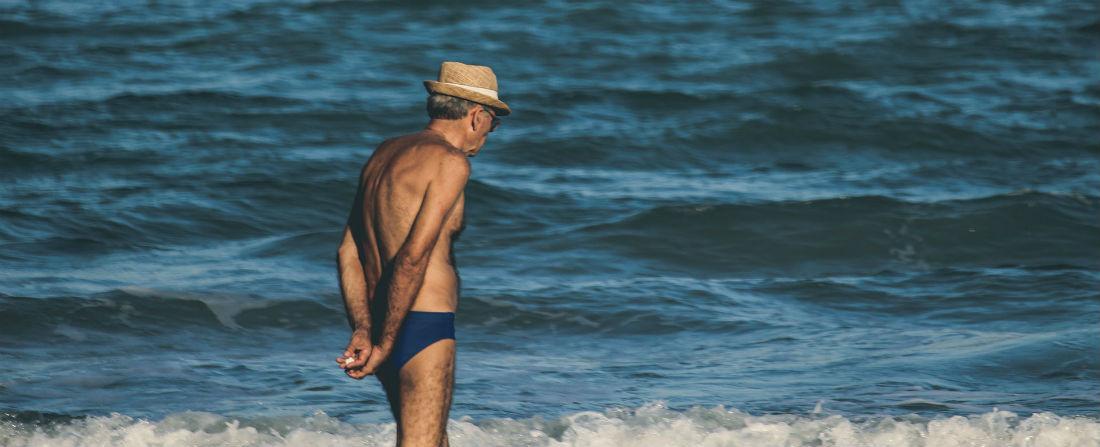 stary muz na plazi