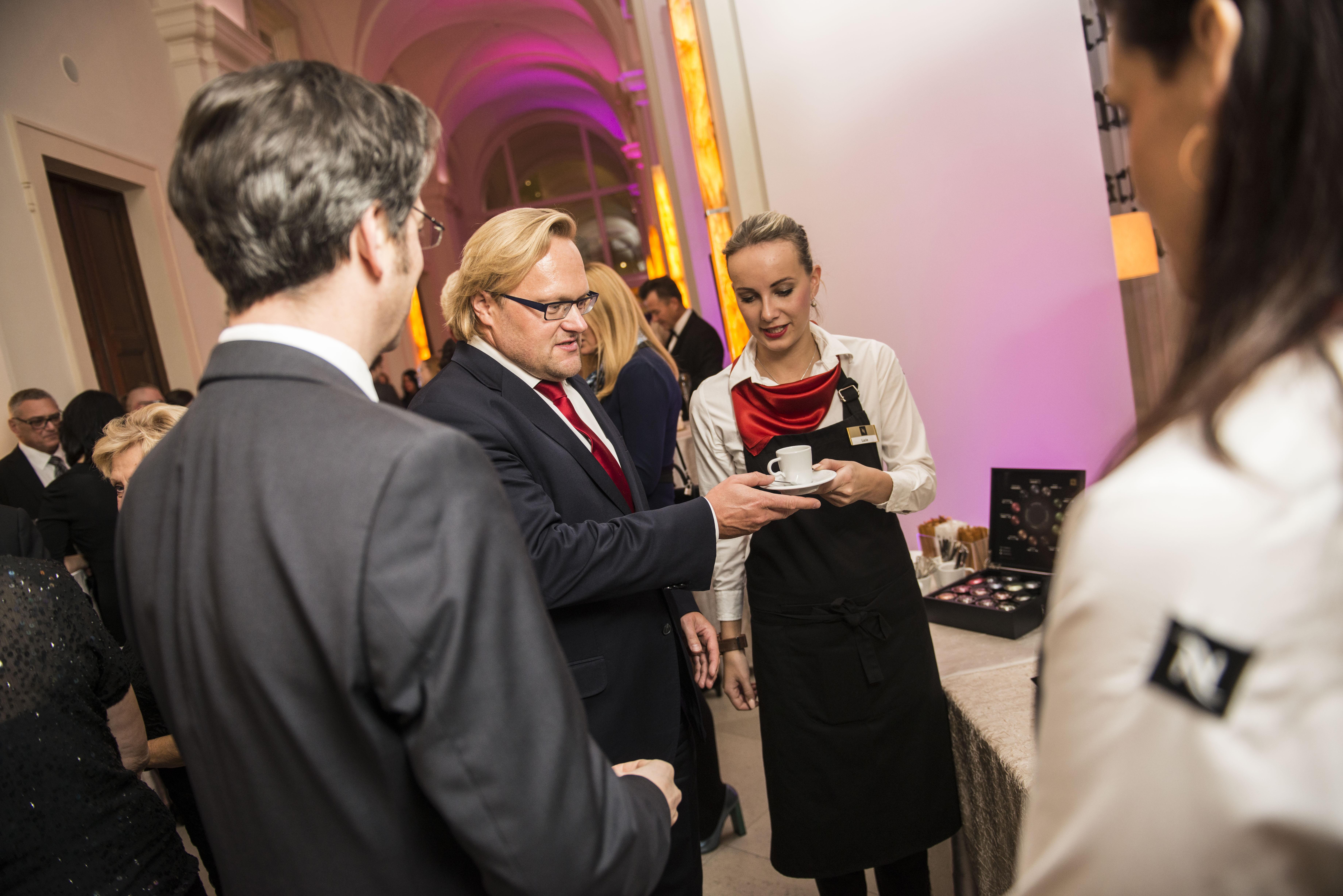 Marek Lošan (Havel, Holásek & Partners) ochutnává kávu dalšího zpartnerů večera, společnosti Nespresso