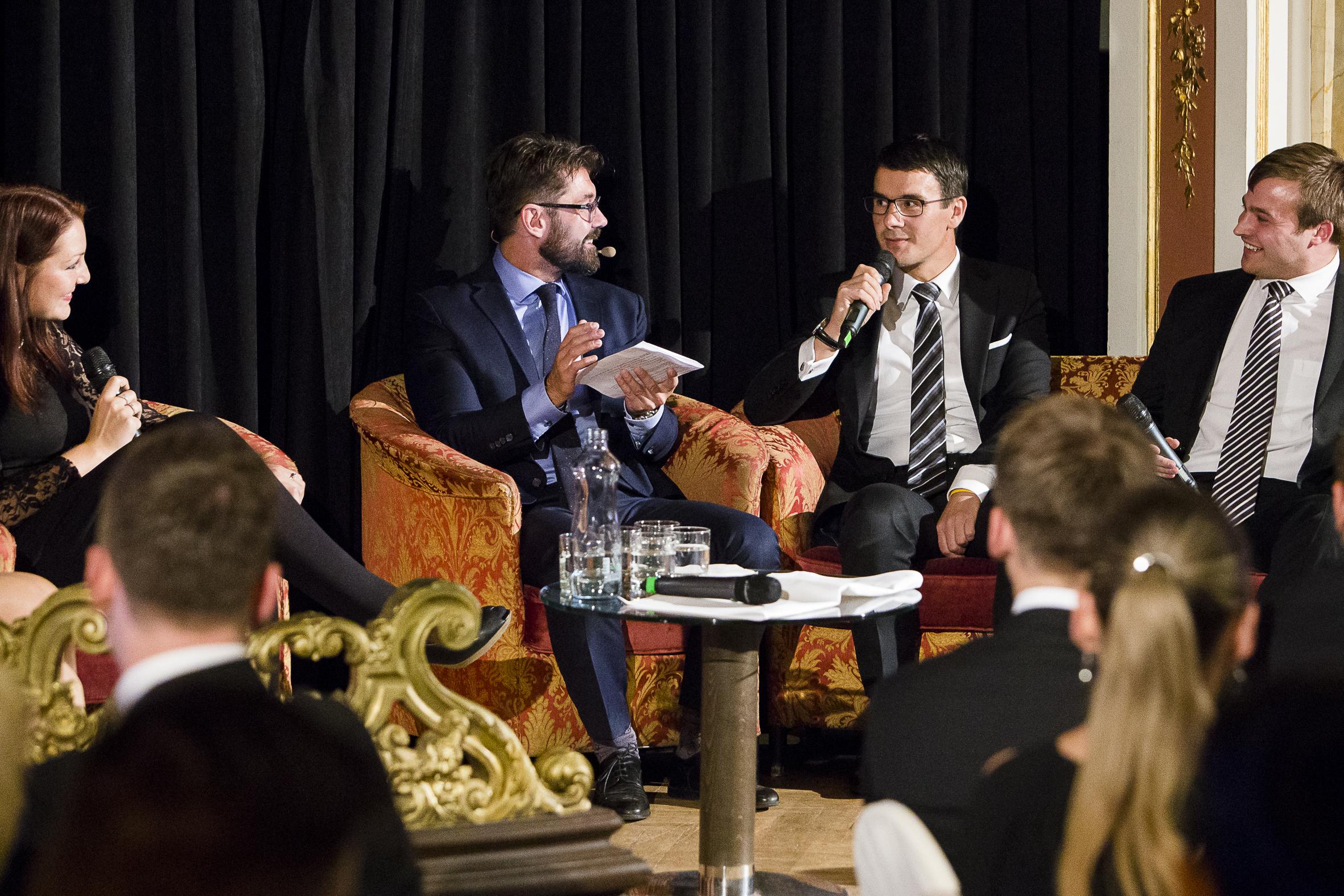 Uprostřed David Neveselý, partner advokátní kanceláře Havel, Holásek & partners, při rozhovoru s šéfredaktorem magazínu Forbes, Petrem Šimůnkem a manželé Prouskovi ze společnosti Petrof