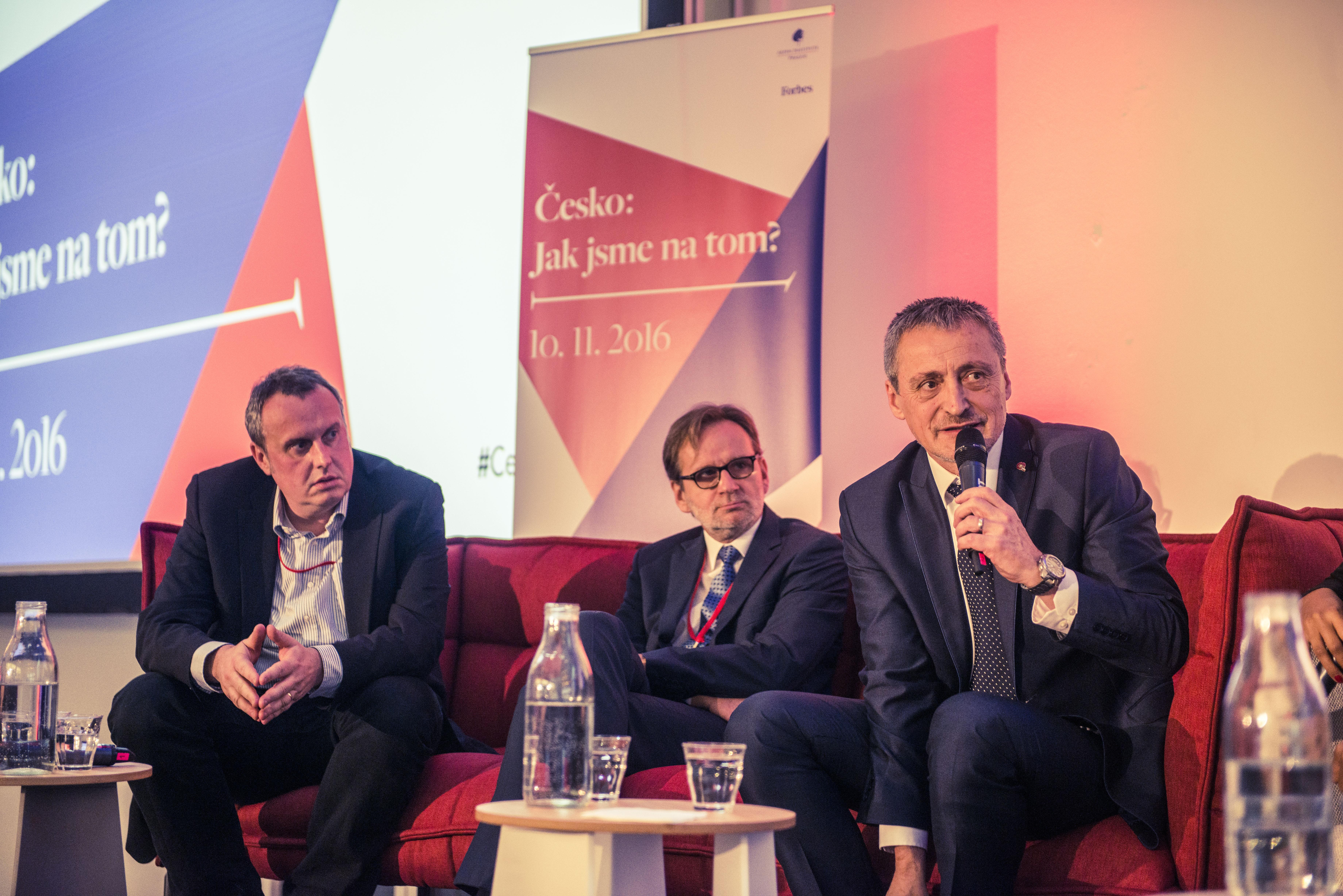 Tomáš Pojar, CEVRO Institut, Martin Povejšil, stálý představitel ČR při EU, a Martin Stropnický, ministr obrany ČR (zleva).