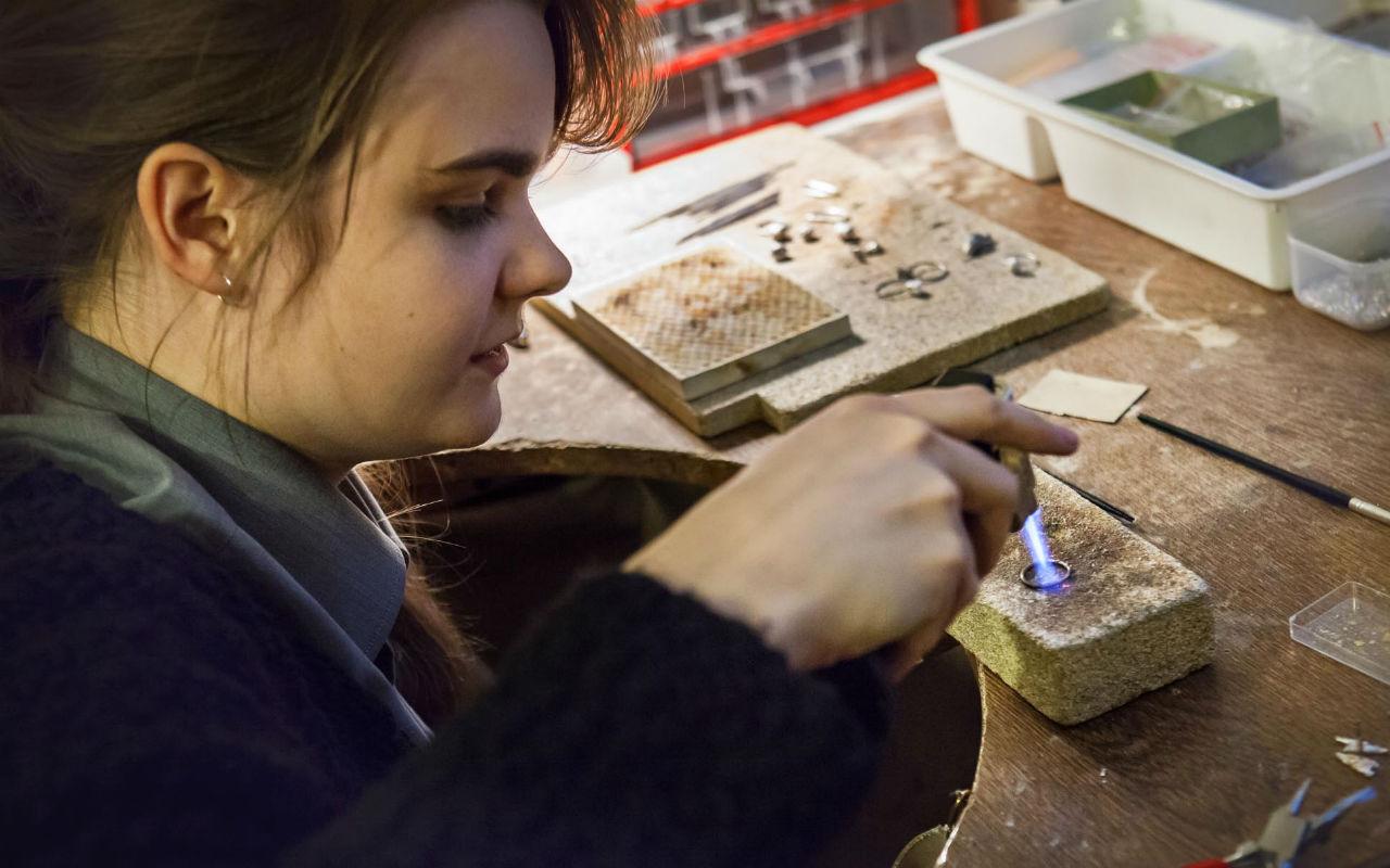 eliska-lhotska-ve-sve-dilne-ukazuje-techniku-zihani-kovu-foto_-anna-pleslova