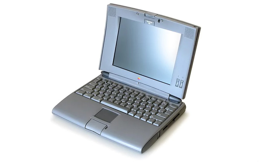 Když Jonathan Ive pracoval pro designérské studio Tangerine, poprvé se začal podílet na tváři produktů Applu. Na snímku laptop PowerBook 520. Zaměstnancem Applu se Ive stal v roce 1992.