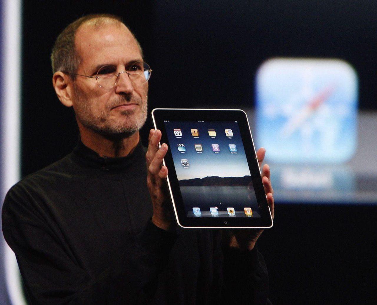 První tablet iPad představil Steve Jobs v roce 2010, tedy tři roky po vydání prvního iPhonu.  Ive a Jobs byli po celou dobu spolupráce blízkými a na samém sklonku Jobsova života i důvěrným přáteli.