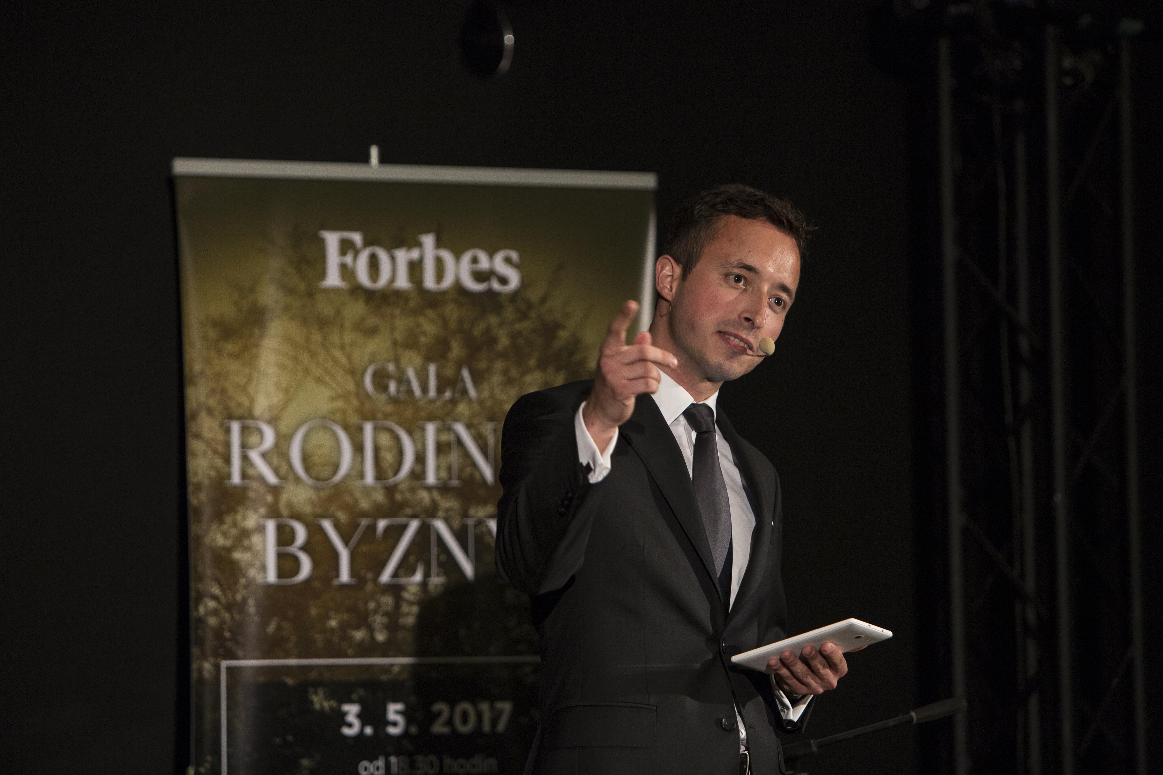 Večerem provázeli redaktoři Forbesu Pavel Kalouš (na fotografii) a Jaroslav Mašek.