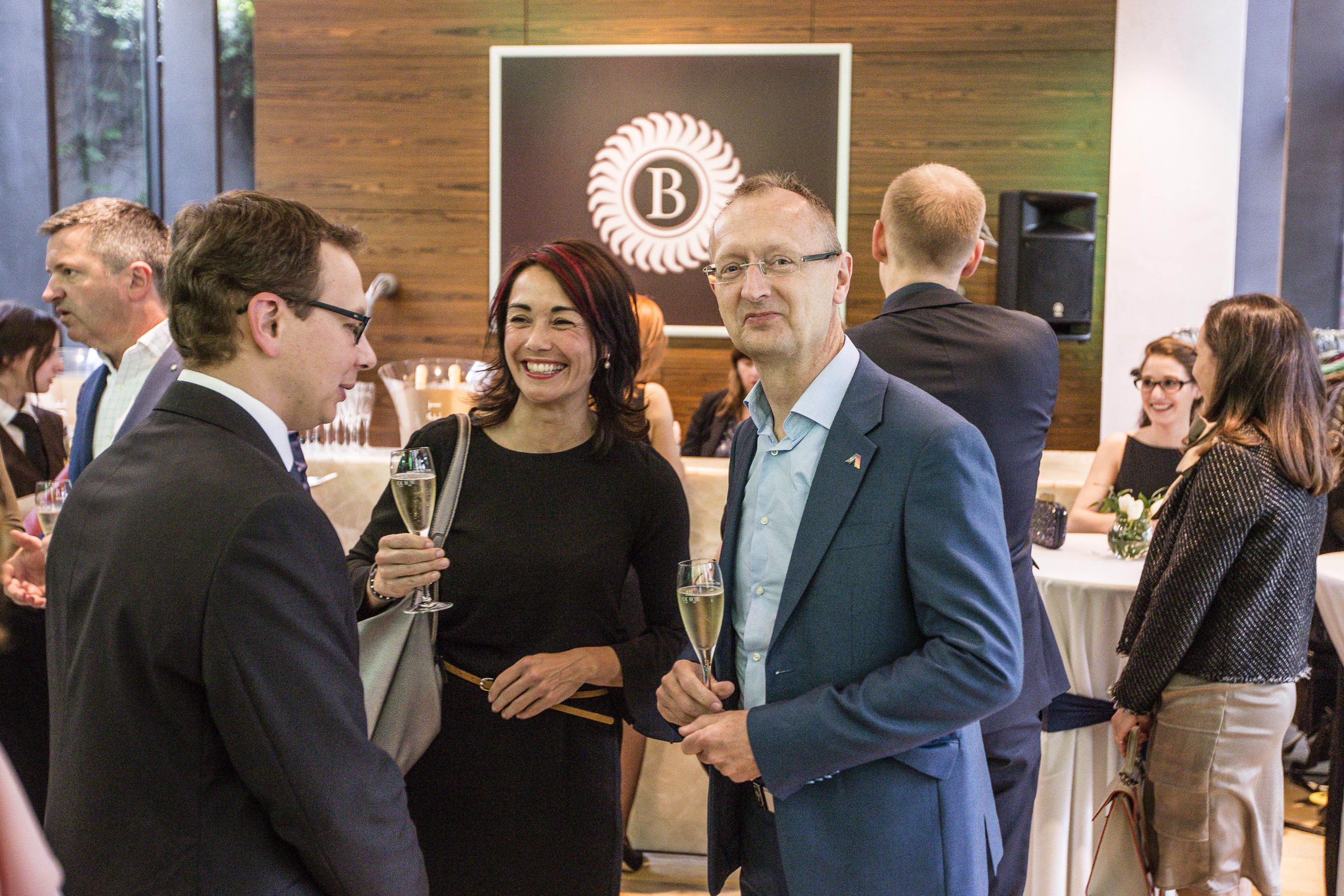 Zástupci společnosti ABRA Software Jaroslav Řasa a Monika Vondráková při debatě s redaktorem Forbesu Jaroslavem Maškem.