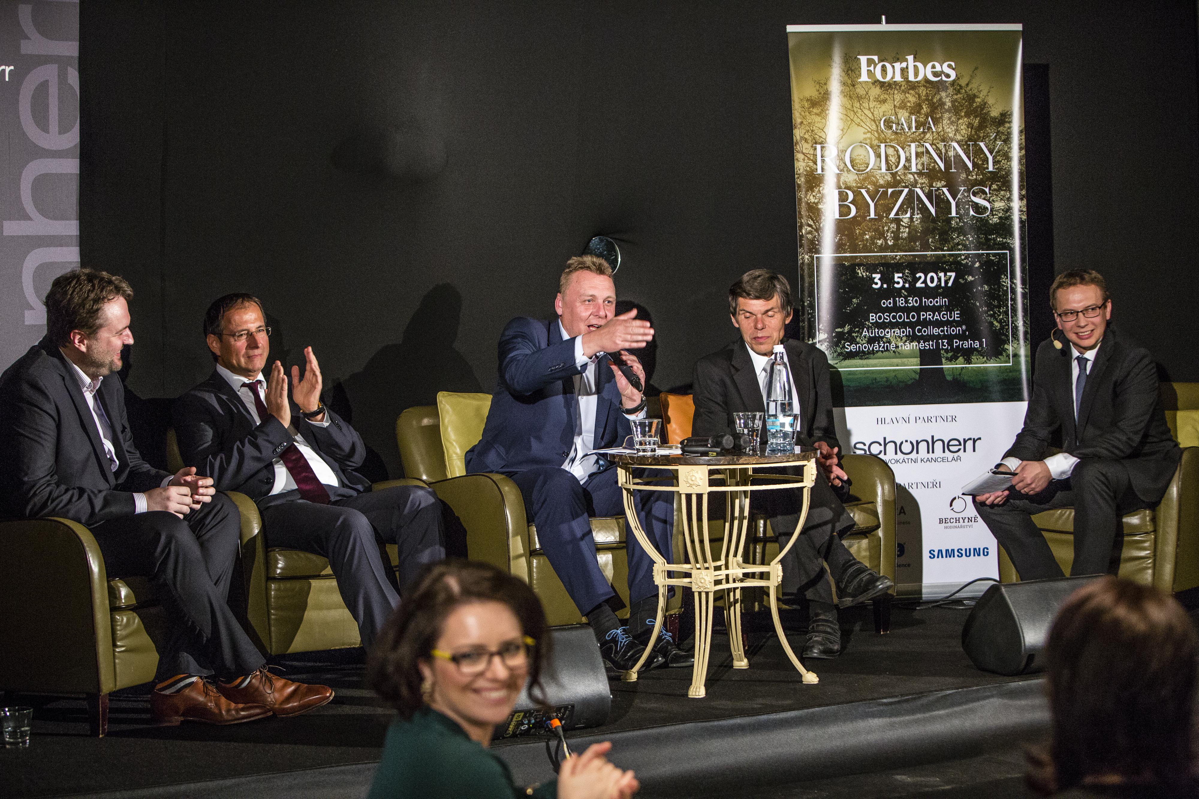 O tom jak v Česku vybudovat světovou firmu s globálním brandem diskutovali Martin Žufánek (lihovar Žufánek), Martin Kubánek (Schönherr), Pavel Juříček (Brano Group) a Dalibor Dědek (Jablotron Group), zleva. Moderuje redaktor Forbesu Jaroslav Mašek.