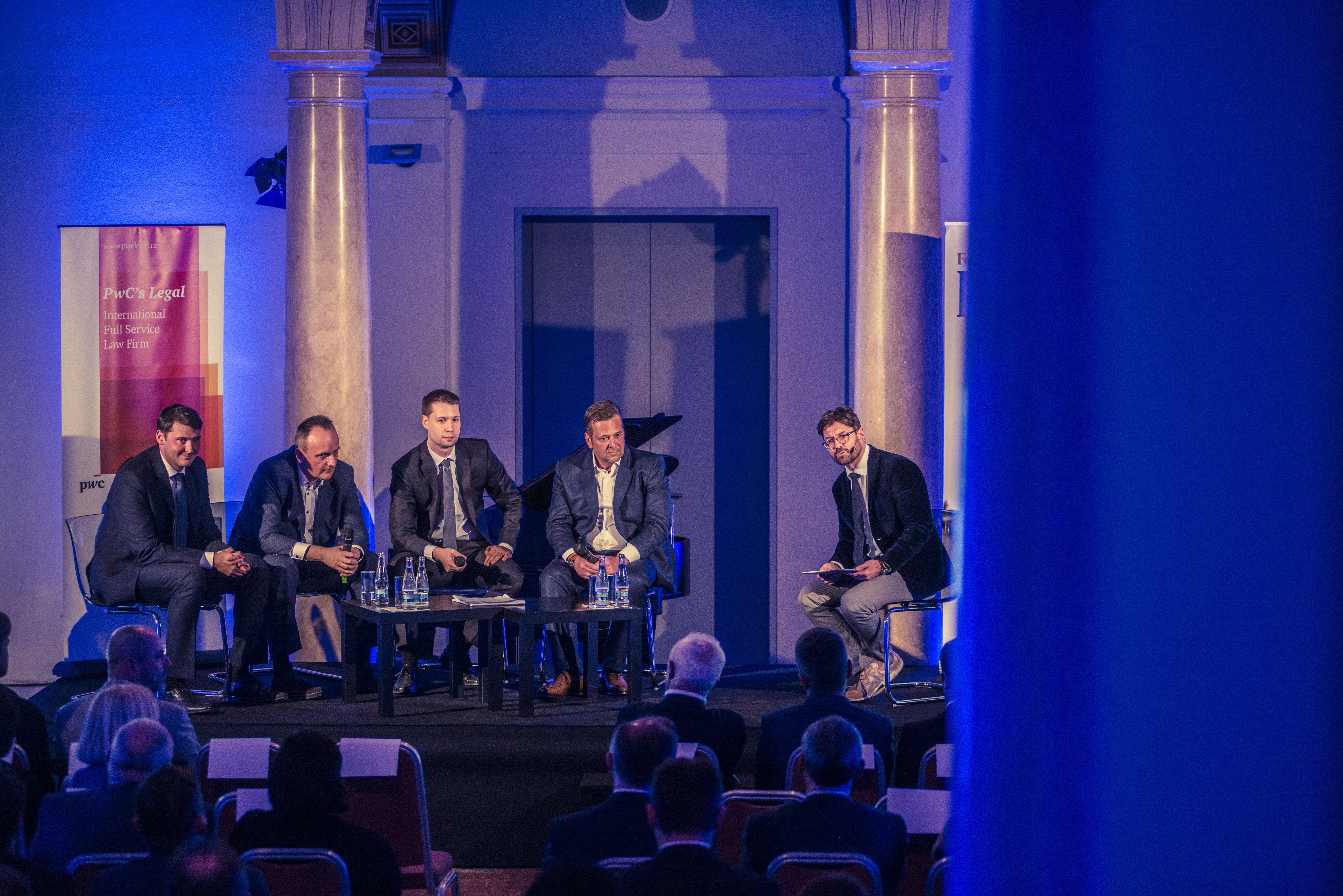 V první části o reálné ekonomice, kurzu koruny a akciích diskutovali (zleva) Michal Kolesar (PwC Česká republika), Petr Krčil (Art of Finance), Jakub Skryja (Verdi Capital) a Igor Fait (Jet Investment).