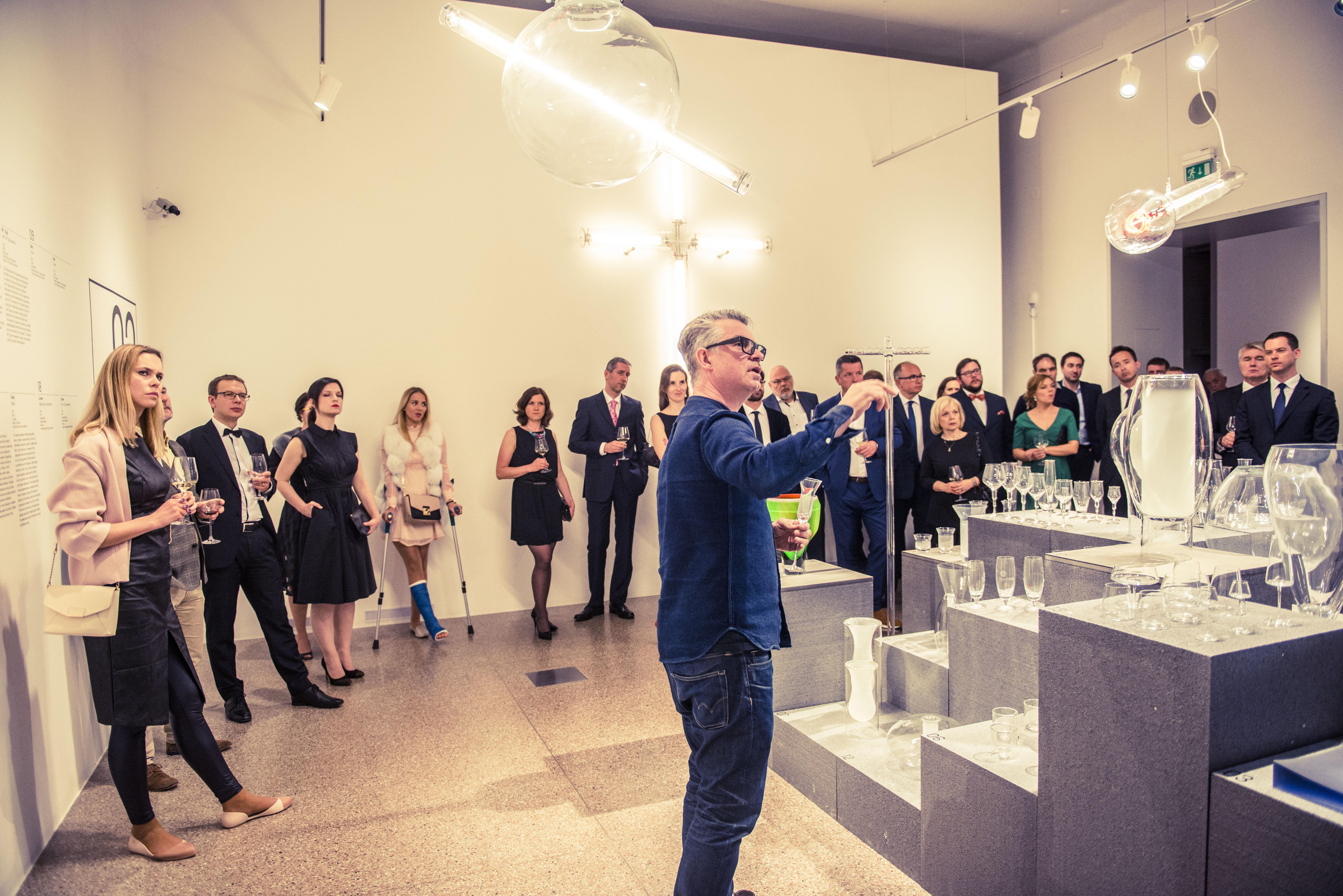Nakonec hosté měli možnost zapojit se do unikátní komentované prohlídky výstavy OCH! s jejím spoluautorem, designérem Michalem Froňkem.