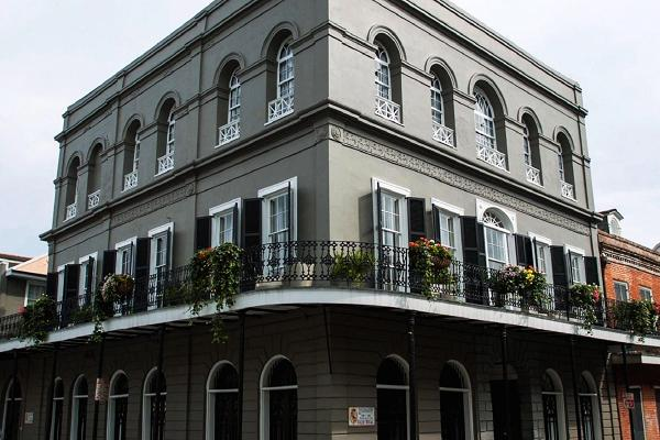 Cage také za 3,4 milionu dolaru koupil nechvalně známý dům v New Orleans, které kdysi patřil Madam LaLaurie. Jde snad o nejstrašidelnější dům ve Spojených státech, jelikož LaLaurie v něm mučila a vraždila své hospodyně.