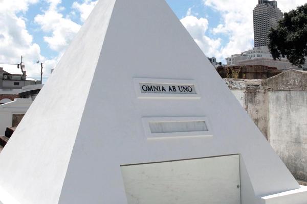 Jeho pozornosti neunikla ani téměř třímetrová hrobka.