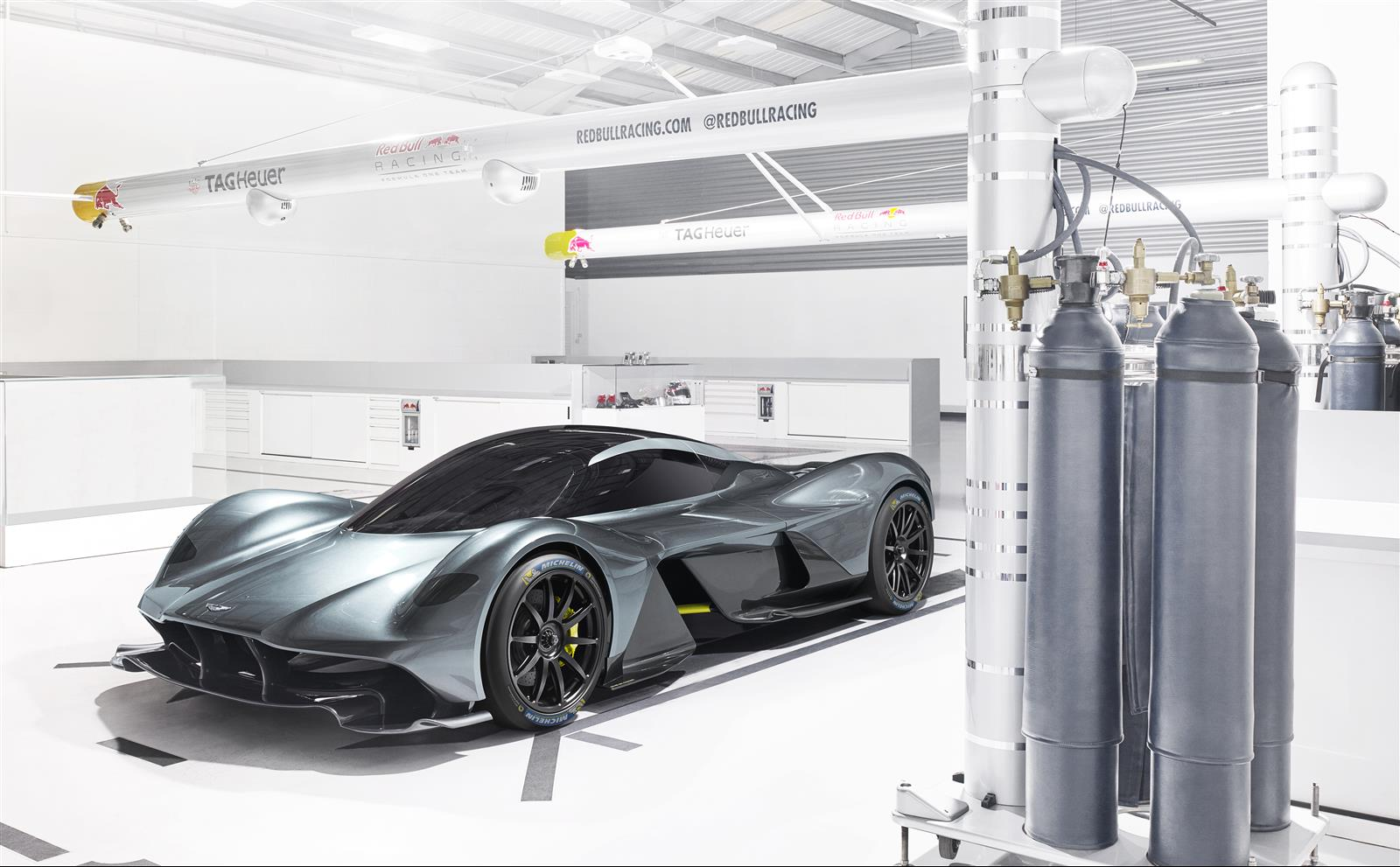 aston-martin-valkyrie_michelin_02_resized